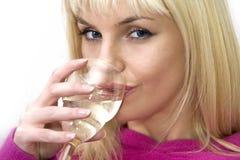 Attraktive blonde Frau, die den Wein trinkt Lizenzfreie Stockfotografie