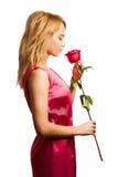Attraktive blonde Frau, die eine Blume anhält Lizenzfreies Stockbild