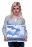 Attraktive blonde Frau, die einen Laptop anhält Lizenzfreie Stockbilder