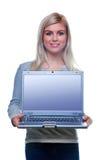 Attraktive blonde Frau, die einen Laptop anhält. Lizenzfreies Stockbild