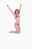 Attraktive blonde Frau, die einen rosa Badeanzug trägt Lizenzfreie Stockbilder