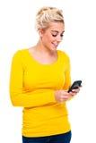 Attraktive blonde Frau, die Handy betrachtet Lizenzfreie Stockbilder