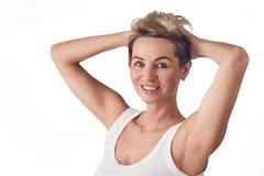 Attraktive blonde Frau, die ihr langes Haar hält Lizenzfreie Stockfotos