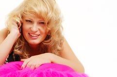 Attraktive blonde Frau, die Mobiltelefon benennt Lizenzfreie Stockfotografie