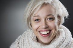 Attraktive blonde Frau, die reizend lächelt Lizenzfreies Stockbild