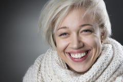 Attraktive blonde Frau, die reizend lächelt Stockbilder