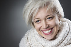Attraktive blonde Frau, die reizend lächelt Lizenzfreie Stockfotografie