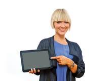 Attraktive blonde Frau, die Tablette hält Stockbild