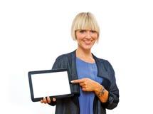Attraktive blonde Frau, die Tablette hält Lizenzfreies Stockbild