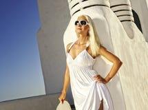 Attraktive blonde Frau draußen Stockfotografie