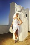 Attraktive blonde Frau draußen Lizenzfreies Stockbild