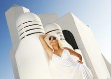Attraktive blonde Frau draußen Stockfoto