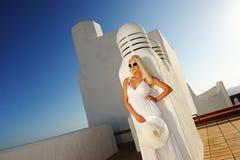 Attraktive blonde Frau draußen Lizenzfreies Stockfoto