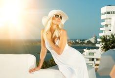 Attraktive blonde Frau draußen Lizenzfreie Stockfotografie