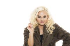 Attraktive blonde Frau in einem eleganten Wintertrikot Stockbilder