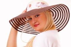 Attraktive blonde Frau in einem Hut Lizenzfreie Stockfotos