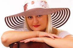 Attraktive blonde Frau in einem Hut Lizenzfreie Stockfotografie