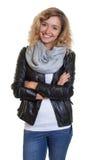 Attraktive blonde Frau in einer Lederjacke Lizenzfreie Stockbilder