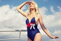 Attraktive blonde Frau gegen blauen Himmel Stockfotos