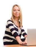 Attraktive blonde Frau an ihr Stockbilder