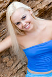 Attraktive blonde Frau im Blau Stockbilder
