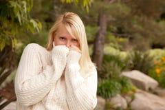 Attraktive blonde Frau im Park Lizenzfreie Stockbilder