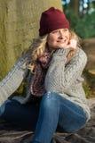 Attraktive blonde Frau im Park ist über den Herbst froh Lizenzfreie Stockfotos