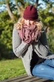 Attraktive blonde Frau im Park ist über den Herbst froh Lizenzfreie Stockbilder