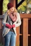 Attraktive blonde Frau im Park ist über den Herbst sogar froh Lizenzfreies Stockbild