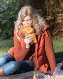 Attraktive blonde Frau im Park macht ein Picknick Stockfotografie
