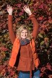 Attraktive blonde Frau im Park schaut vorwärts zum aut Stockfotografie