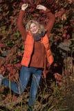 Attraktive blonde Frau im Park schaut vorwärts zum aut Lizenzfreie Stockfotografie