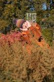 Attraktive blonde Frau im Park schaut vorwärts zum aut Lizenzfreies Stockfoto