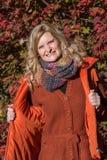 Attraktive blonde Frau im Park schaut vorwärts zum aut Lizenzfreie Stockbilder