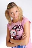 Attraktive blonde Frau im rosafarbenen T-Shirt Stockbilder