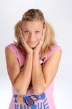 Attraktive blonde Frau im rosafarbenen T-Shirt Lizenzfreie Stockfotografie