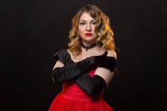 Attraktive blonde Frau im roten Kleid Lizenzfreie Stockfotos