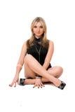 Attraktive blonde Frau im Schwarzen Lizenzfreie Stockfotos