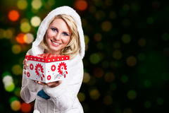 Attraktive blonde Frau im Winter kleidet mit einer Geschenkbox Lizenzfreies Stockfoto