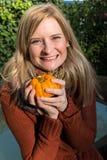 Attraktive blonde Frau ist mit Kürbis im Herbst froh Stockfoto