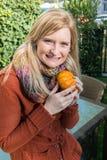 Attraktive blonde Frau ist mit Kürbis im Herbst froh Lizenzfreie Stockfotografie