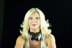 Attraktive blonde Frau mit dem Kopfhörer lokalisiert Lizenzfreie Stockfotografie