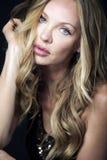 Attraktive blonde Frau mit dem langen lockigen Haar. Stockbilder