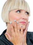 Attraktive blonde Frau mit den silbernen Fingernägeln Stockbild