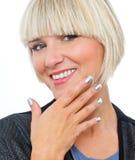 Attraktive blonde Frau mit den silbernen Fingernägeln Stockfotos