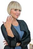 Attraktive blonde Frau mit den silbernen Fingernägeln Stockfoto