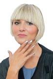 Attraktive blonde Frau mit den silbernen Fingernägeln Lizenzfreies Stockfoto