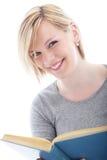 Attraktive blonde Frau mit einem Buch Stockfotos