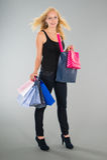 Attraktive blonde Frau mit Einkaufstaschen Stockfoto
