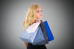 Attraktive blonde Frau mit Einkaufstaschen Lizenzfreies Stockfoto